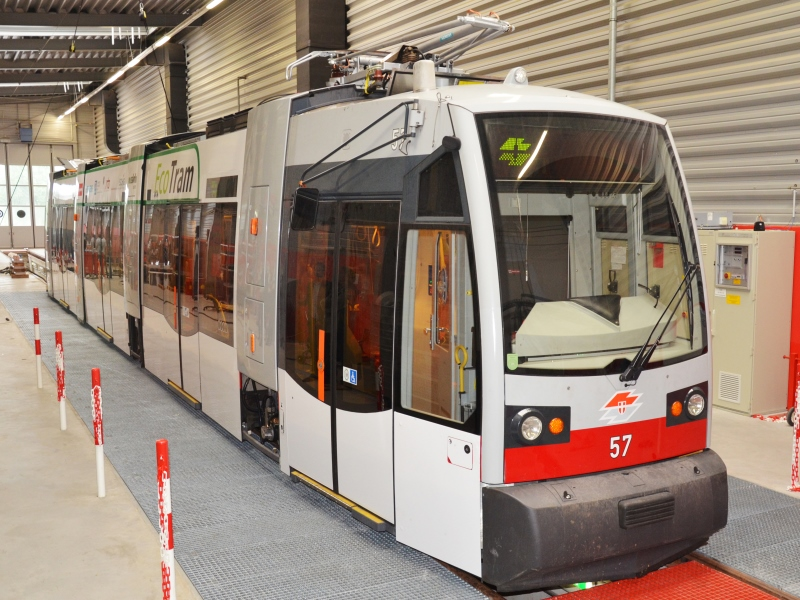 EcoTram im Testbetrieb im Wiener Tramnetz unterwegs / EcoTram test operation under way on Vienna's tram network