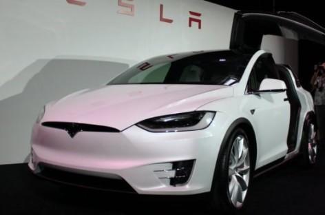 Cận cảnh nhà máy sản xuất ô tô với 150 robot của Tesla