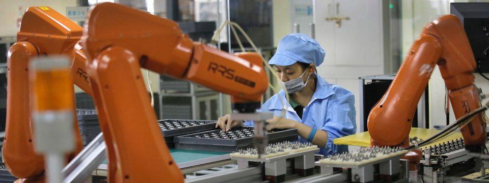 Foxconn-thay-the-60000-nhan-cong-bang-robot