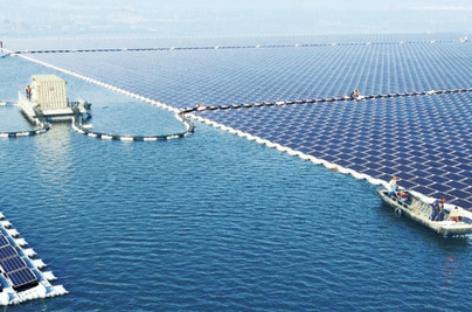 """Nhà máy điện mặt trời """"nổi"""" lớn nhất thế giới đã đi vào hoạt động"""