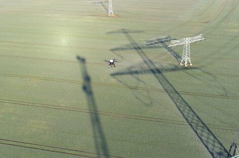 Kiểm tra đường dây truyền tải điện bằng máy bay không người lái